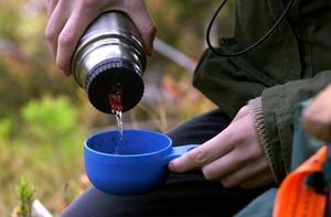 En termos med god dryck är ett härligt inslag i matsäcken under en dag i skidbacken. Men se till att köpa en termos som verkligen håller drycken varm.
