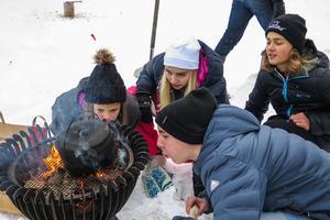 Tova Nilsson, Elvira Revelj, Loke Persson och Felix Johansson från Sonfjällsskolan i Hede kämpade för att få elden i vattenkokningsmomentet att ta sig.