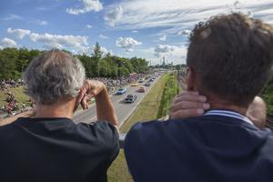 För dem som inte ville trängas nere längs vägen var bron som går över Sjöhagsvägen en av de bästa platserna för att få en bra överblick.