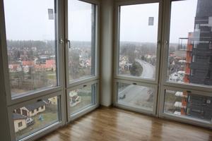 De stora glasrutorna ger god utsikt från vardagsrummet.