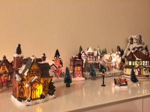 Äntligen december, nu åker julstaden fram! Älskar julen och pyntar alltid alldeles för mycket och inte det minsta smakligt! Julstaden har fyllts på för varje år med nya hus inköpta i olika delar av världen.