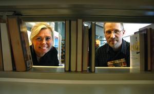 Bokmalar. Lena Stoltz och Tommy Larsson presenterade stolta kommunens biblioteksplan på måndagen.