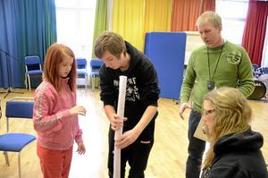 Tornbygge. Jonathan Holmberg fick hjälp av bland andra Imelda Alagic, till vänster, med att bygga ett torn av papper och tejp. Läraren Bernt Forsgren övervakar bygget.