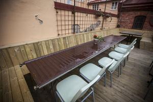 Ett gammalt element från den anrika lokalen där Vezzo i Östersund numera huserar, blev ett bord på bakgården.