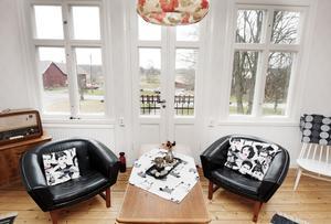 På övervåningen har ett rum inretts helt i 60-talsstil.Möblerna fick Solveig av en granne som rensade ut dem.