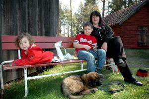 FAMILJEDAG. Carolina Nylander, från Skärplinge, vilar ut med barnen Ester och Malte, samt hunden Sally i väntan på huvudtalaren.