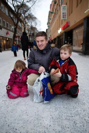 Marcus Weimer, Lillhärdal, gjorde ett besök i Östersund med barnen Selma och William. De hyr sällan film i butik.– Däremot hyr vi ganska ofta på tv:n genom vårt abonnemang. Utbudet är helt okej, men mest blir det ju barnfilmer, säger han. • Har ni någon favoritfilm?– Vi såg