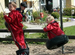 Barnbarnen Moa, Melker och Herman var på besök och det blev en tur i gungorna.