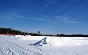 Konstsnön som tillverkades som backup inför Vasaloppsveckan kommer nu att smälta bort. Snön som tillverkas nästa vinter ska dock sparas.FOTO: PÄR SÖNNERT