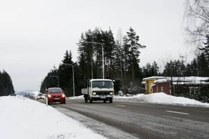 ökad trafik. Det är svårt för de boende vid riks 80 att korsa vägen. Nu kräver de sänkt hastighet och omkörningsförbud mellan Hofors centrum och infarten till Edskens camping.