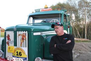 Här i Gällsta står den och väntar på vallfärdande entusiaster. Branschtidningen Klassiska lastbilar har aviserat att de kommer och gör ett stort reportage med Lars Berglin.