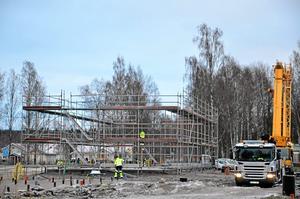Byggandet har kommit i gång . Här växer nya kvarteret Mejeriet fram, i samarbete mellan Hallbo och privat byggherre. Arkivfoto: Barbro Isaksson