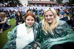 – Vi hade paraplyer med, men dem fick vi inte ta in, så vi köpte regnponchor i stället, sa systrarna Veronica och Chatarina Gustavsson från Harmånger.