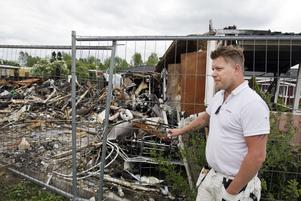 Tröttnat. Daniel Blom och hans grannar på Bessemergatan klagar på att det inte är röjt efter husbranden för drygt ett år sedan.