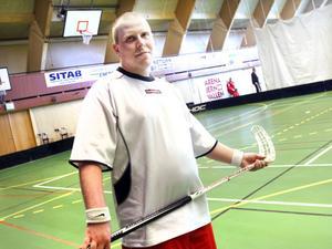 Karin Hellmyrs berättar att man ska hinna med 36 matcher i innebandycupen. Men sedan är det bankett. I år håller de på en timme längre.– Varför ska den här kategorin av människor åka hem tidigare?Daniel Heed spelade för Iron Tigers från Sandviken och han gjorde det första målet i lagets tredje match.