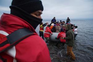 Flyktingkrisen på Lesbos och andra öar i Medelhavet fortsätter. I morgon samlas världsledare i London i ett försök att dubbla bidragen till hjälpinsatser för offren för kriget i Syrien. I januari kom över 62000 flyktingar till Grekland, 60 procent av dem är kvinnor och barn.