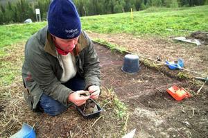 Gunilla Lundqvist visar upp dagens fynd: en bit täljsten. Det är intressant och visar att man lagat mat här, säger hon.  Foto: Elisabet Rydell-Janson