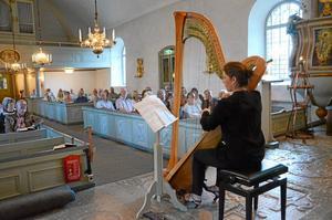 Skicklig. Jennie Åbrink fyllde Snavlunda kyrka med vacker musik i går. Hon och Mathias Lundqvist på orgel och piano inledde musikveckan.