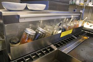Alla kryddblandningarna görs från grunden i Santhis restaurangkök.