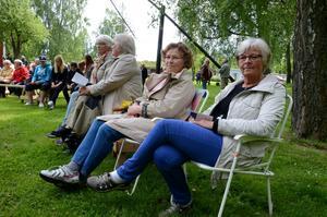 Förstagångsbesökare. Margareta Bjurlid och Ulla Lööw, från Asker, firade nationaldagen vid Hallsbergs hembygdsgård, där deras män deltog som spelemän i Askers Brass. Foto: Åsa Eriksson.