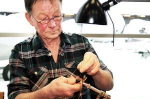 Ronnie Eriksson på fiskemässan i Sandviken visade hur riktigt fina fiskeflugor kan bindas.