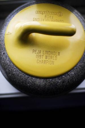 Peja Lindholm är en av världens mesta medaljörer inom världscurlingen. Han har flera VM och EM-medaljer under åren och arbetar i dag som förbundskapten för de framgångsrika svenska landslagen. Stenen är från VM-segern i Tyskland 1997.