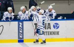 Emil Forsberg firar sitt mål som blev Köpings enda.