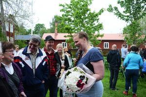 Carolina Halvarsson hade support på Erik-Andersgården, i form av släkt och vänner.