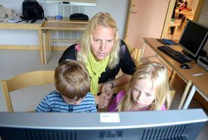 Ett talande tangentbord berättar för förstaklassarna Ville Silversnö och Mira Hägred om de har stavat rätt. Det är en del i läraren Ulrika Erikssons strategi för att integrera digitala verktyg i undervisningen.