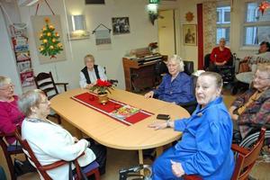 """TRÄFFPUNKT. """"Vi brukar sitta och småprata med varandra"""",  berättar Stina Wirman som tycker Träffpunkten på Fyrklöven är bra. Hon får medhåll av Iris Lindgren, Karin Eliasson, Elsa Lindblom, Vera Lööv och Naemi Eklund."""