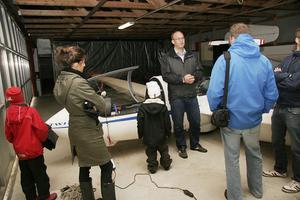 Besökare fick titta på klubbens flygplan där de stod inne i hangarerna.