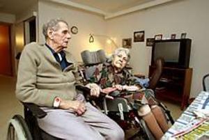 Foto: Lars Wigert \nÅterförenade. Martin Brodin gläds åt att återigen få bo på samma ställe som hustrun Lilly, som flyttat in till Selggrensgården.
