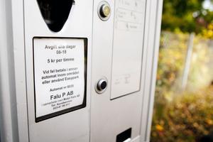 Informationsskylten på p-automaten på Promenaden berättar att det krävs en avgift mellan klockan 8 och 18.