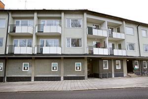 1950-talshuset på Hantverkargatan 11 är en av de fastigheter som Hoforshus vill riva för att minska antalet tomma lägenheter i beståndet.