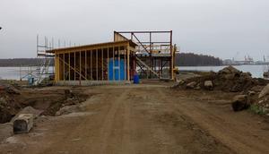 Kustbevakningens nya depå som ska stå klar i mars byggs just nu längst ut i Gavleåns utlopp, bredvid gamla Gerdavarvet.
