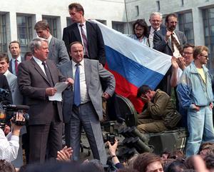Boris Jeltsin, till vänster på bilden, läser upp ett uttalande från en stridsvagn i Moskva 19 augusti 1991. I uttalandet uppmanar han det ryska folket att göra motstånd mot kuppmakarnas försök att ta över centralregeringen. Att hoppa upp på stridsvagnen visar sig vara ett politiskt mästerstycke. Det får stor symbolisk betydelse och leder till att kuppen avstyrs. Foto: AP/TT