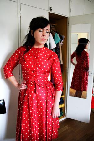 Den prickiga klänningen har även en liten matchande jacka.