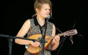 Felisia Westberg sjunger och spelar mandolin, tvärflöjt och kontrabas i Brorsa Knut. Foto: Jennie-Lie Kjörnsberg