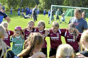 Inga sura miner. Trots de stora förlustsiffrorna, var det bara glada miner hos Hallsbergstjejerna när de tackade motståndarlaget för god match.