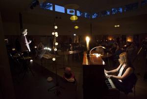 Rasmus Lindström, 15 år, framförde Malena Ernmans La Voix i skenet av levande ljus och solcellslampor på Drömfabriken i Sandviken.