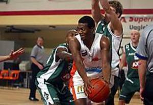 Det är inte bara på elitnivå som Ockelbo Basket - här Cedric Taylor - vill hävda sig. Nu är klubben beredd att ta socialt ansvar i bygden.