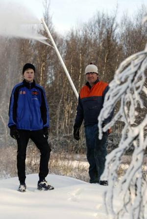 Mattias och Mikael Jonasson fanns ute på banorna för att se till så att snökanonerna gjorde sitt jobb.