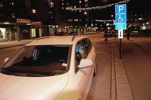 Att parkeringen är reserverad för handikappade och utryckningsfordon tycktes inte hindra, inte heller att den ligger precis utanför polisstationen.