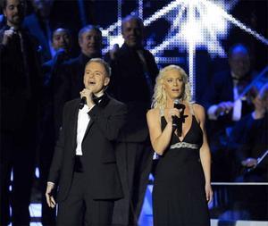 Operasångerskan Malena Ernman från Sandviken och musikalartisten Peter Johansson uppträder på idrottsgalan 2009 i Globen Arena i Stockholm på måndagskvällen.