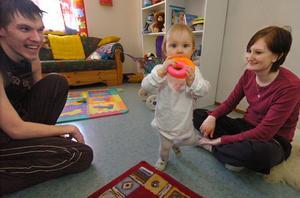 Jörgen Hellzén och Angelica Johansson tillsammans med dottern Alva i hennes rum