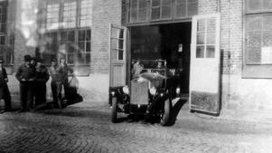 Första Volvon. Den ursprungligen öppna bilen kom senare i en mängd olika utföranden.