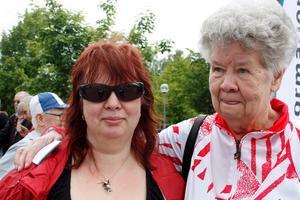 Nyfikna. Paula Meilonen med mamma Eira.