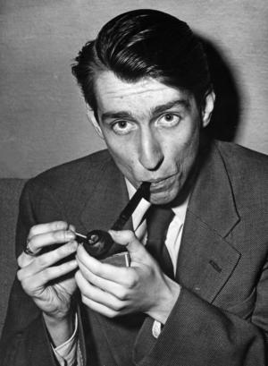 Tomas Tranströmer 1955. Han diktade om hur döden mitt i livet kommer som en artig skräddare för att ta mått på den oundvikliga kostym som sys i det tysta.