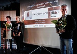 Eva Lisa Eng Jonsson och dottern Emilia tog emot blommor och diplom som tilldelades Herman Jonsson, Jonte Bergman, Wikinggruppen, fanns med på länk och delägaren och styrelsemedlemmen Lars Olsson företrädde A-assistans när kandidaterna till Årets företagare i Hudiksvall presenterades.