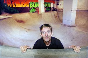 Per Lindberg, ordförande i Gefle Skateboardsällskap, är en av eldsjälarna som gjort om en gammal sandsilo i Marielund till Sveriges första inomhusbetongramp för skatare.